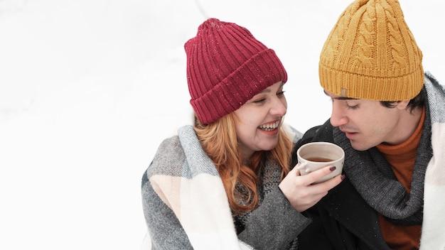 Pareja con ropa de invierno alta vista