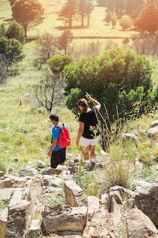 Pareja de senderismo en la colina de piedra