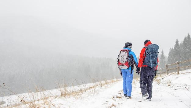 Pareja de senderismo en la montaña de los cárpatos