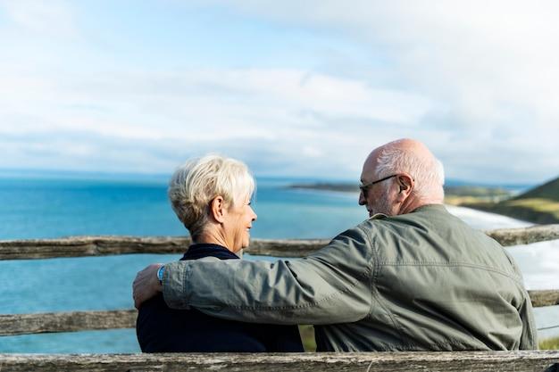 Pareja senior disfrutando de la vista del océano