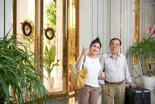 Pareja senior en lujoso hotel