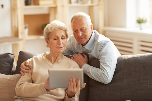 Pareja senior moderna en casa