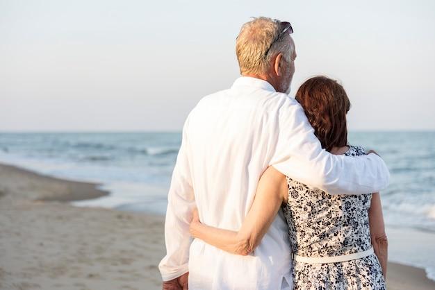 Una pareja senior en la playa