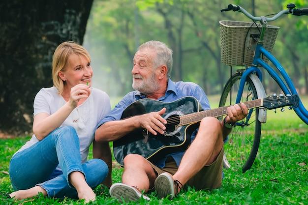 Pareja senior relajarse estilo de vida en el parque