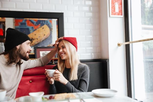 Pareja sentados juntos en la cafetería