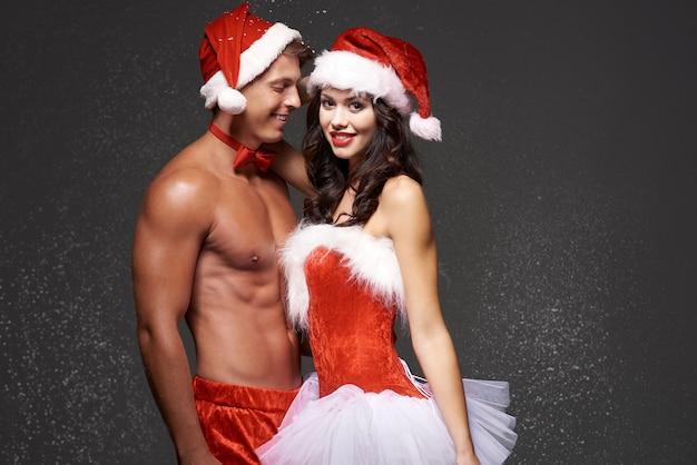 Pareja sexy en el anochecer de navidad