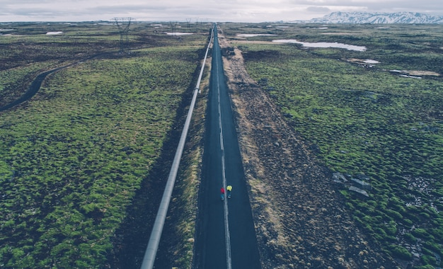 Pareja de skaters en las carreteras islandesas