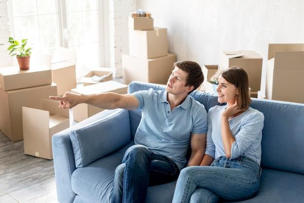Pareja en el sofá preparándose para mudarse