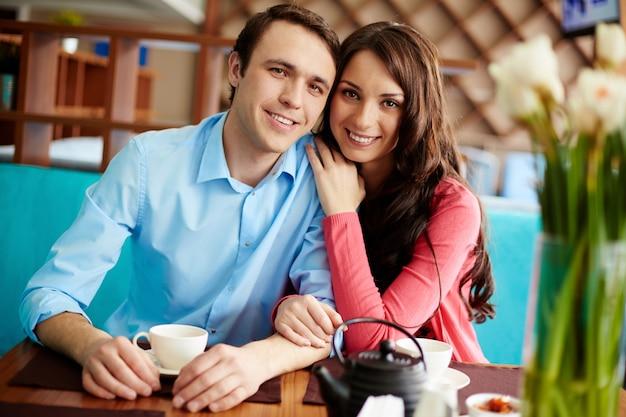Pareja sonriente en un café