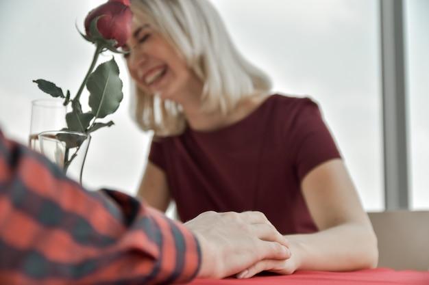 Pareja sorpresa flor rosa en el día de san valentín