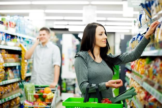 Pareja, en, supermercado