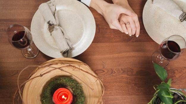 Pareja tierna de cultivo en la mesa cenando