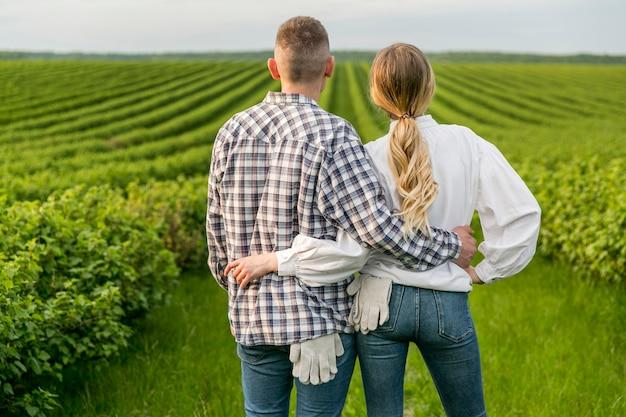 Pareja en tierras de cultivo