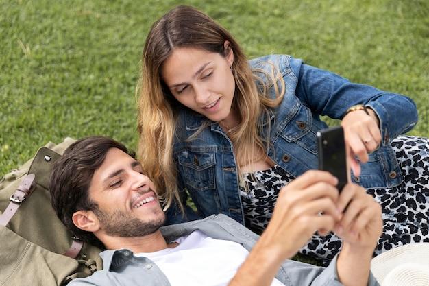 Pareja de tiro medio con smartphone