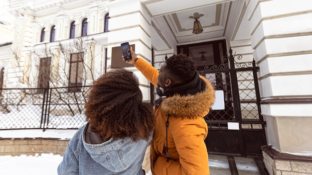 Pareja de tiro medio tomando selfie