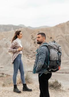 Pareja de tiro medio viajando juntos