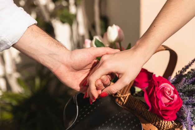 Pareja tomados de la mano con una cesta de flores