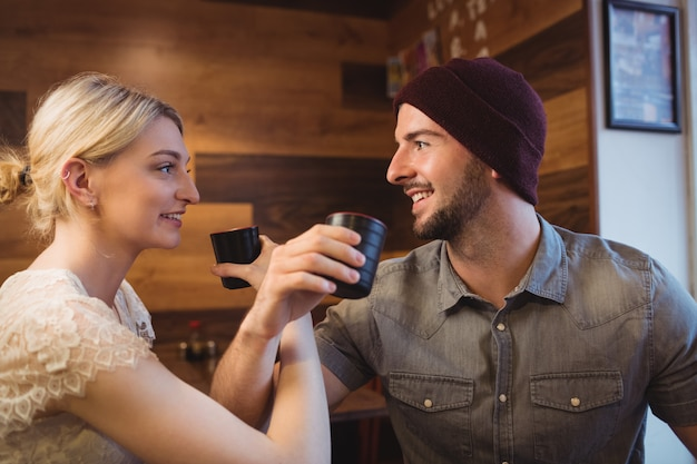 Pareja tomando sake bebida en restaurante