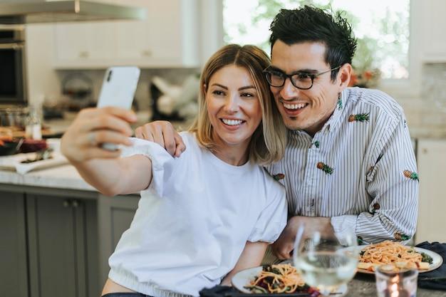 Pareja tomando un selfie durante su cena