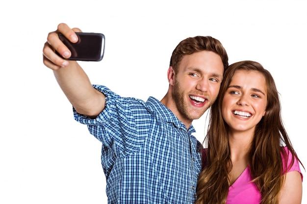 Pareja tomando selfie con teléfono inteligente
