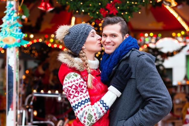 Pareja en el tradicional mercado navideño