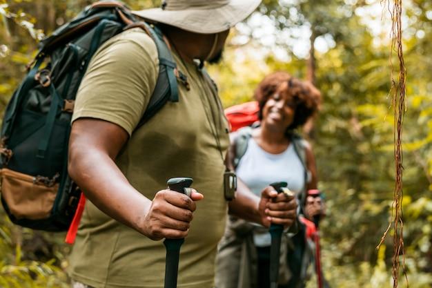 Pareja trekking en el bosque juntos