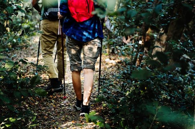 Pareja trekking juntos