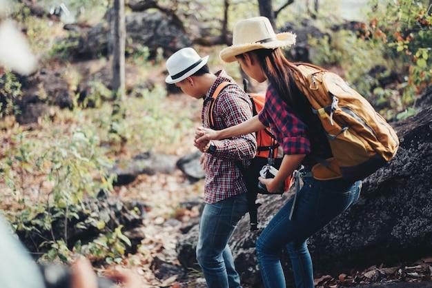 Pareja de turistas en el bosque en la montaña