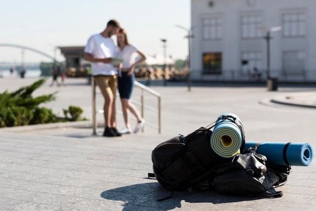 Pareja de turistas desenfocado al aire libre con mochilas