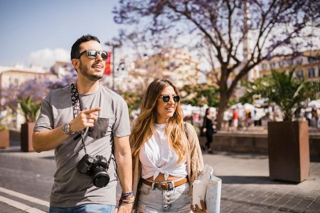 Pareja de turistas está explorando nueva ciudad juntos
