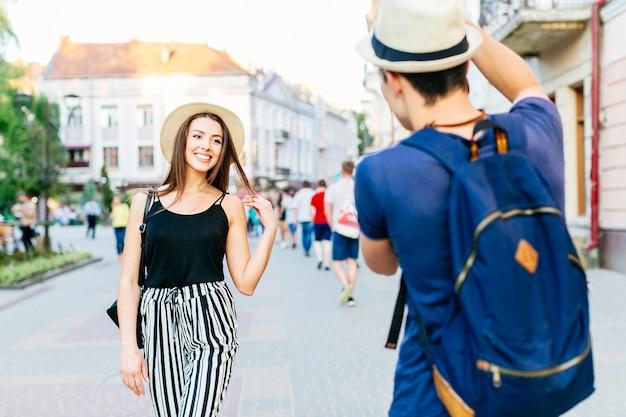 Pareja de turistas haciendo foto en ciudad