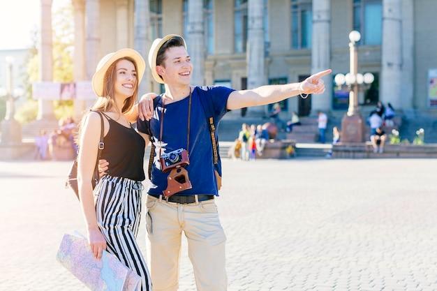 Pareja de turistas jóvenes visitando ciudad