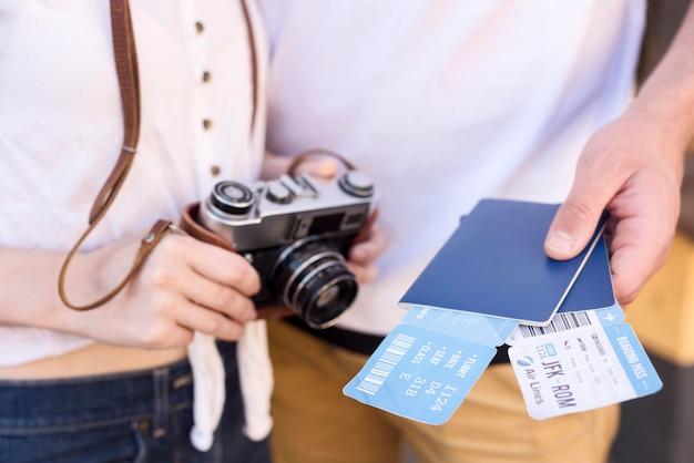 Pareja de turistas con pasaportes y boletos de avión