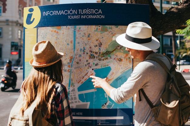 Pareja de turistas perdidos en la gran ciudad