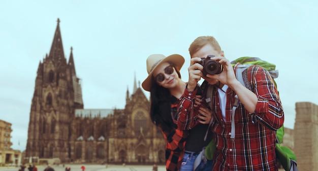 Pareja de turistas de vacaciones, templo antiguo. aventura de verano de joven y mujer.