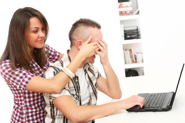 Pareja usando laptop juntos