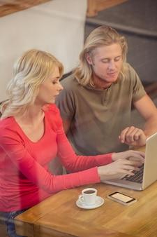 Pareja usando una laptop