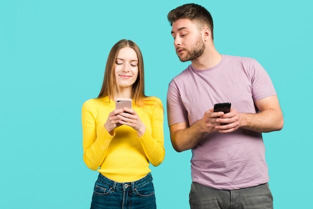 Pareja usando sus móviles