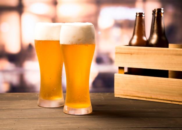 Pareja de vasos de cervezas