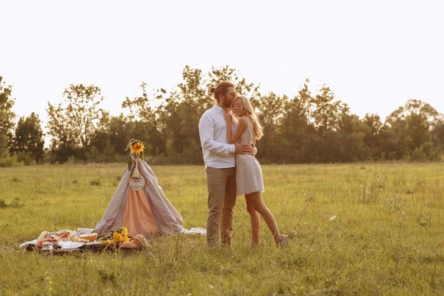 Pareja verano picnic puesta de sol