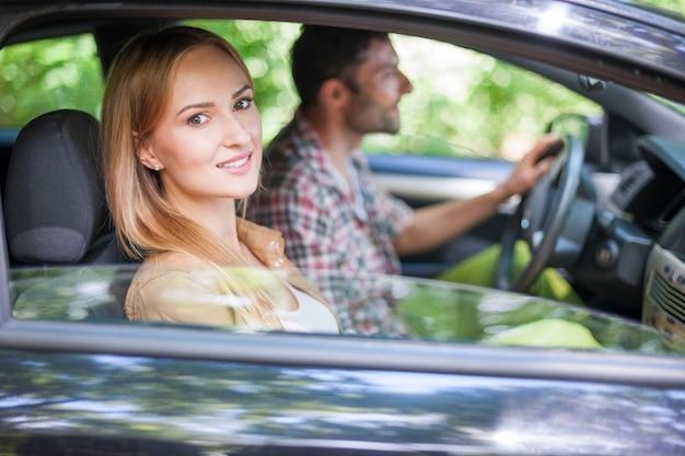 Pareja viajando en coche para ir de vacaciones