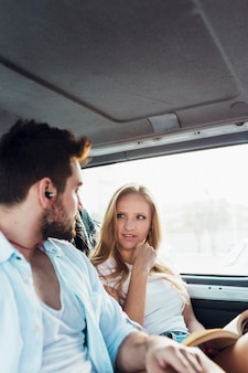 Pareja viajando en coche