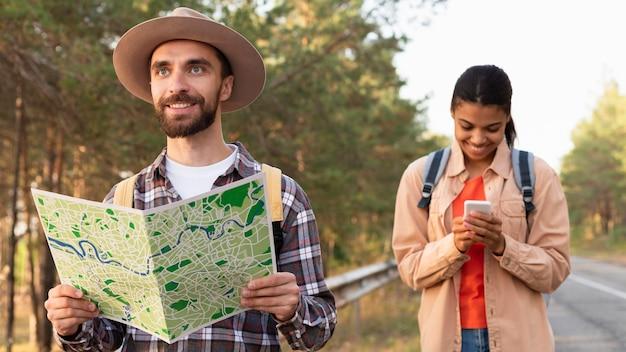 Pareja viajando junto con la ayuda de un mapa
