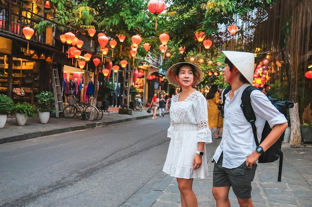 Pareja de viaje en las calles de hoi an, vietnam