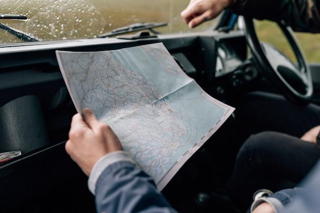 Pareja en un viaje por carretera revisando el mapa