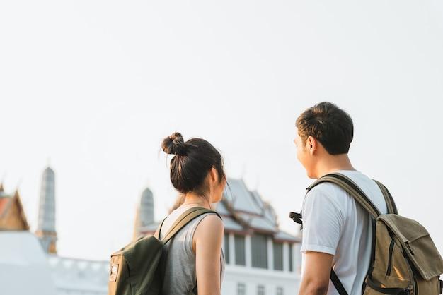Pareja de viajeros asiáticos viajando y caminando en bangkok, tailandia
