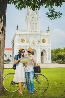 Pareja de viajeros con un fondo de mapa local es hermosa iglesia.