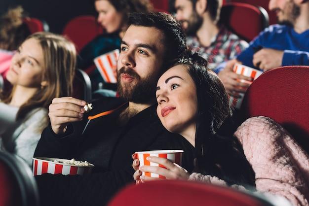 Pareja viendo películas en cine completo