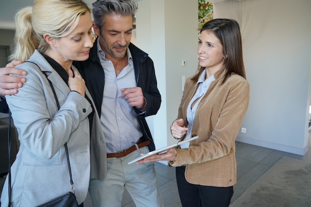 Pareja visitando casa con agente de bienes raíces
