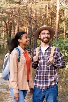 Pareja de vista frontal disfrutando de su viaje juntos